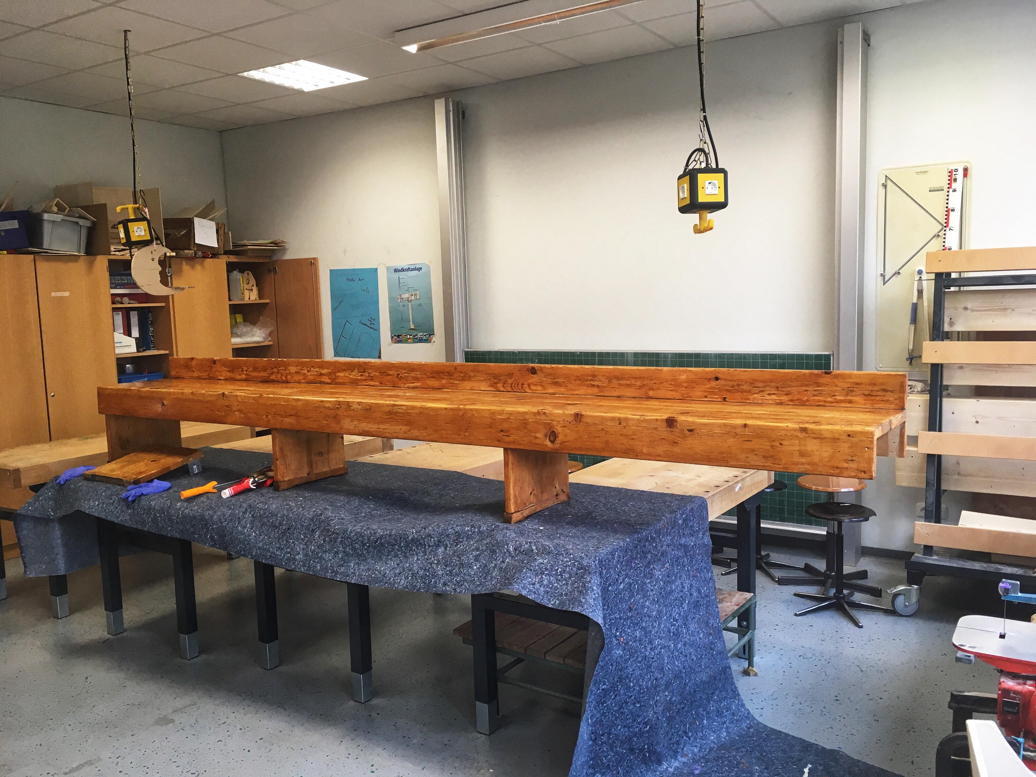 Umkleidebänke bearbeitet – Freie Schule Bochum